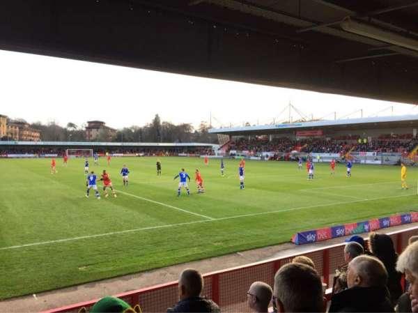 Broadfield Stadium, Abschnitt: Away Terrace, Reihe: Back Row