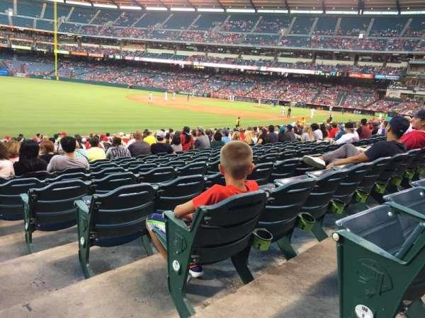 Angel Stadium, Abschnitt: F105, Reihe: V, Platz: 18
