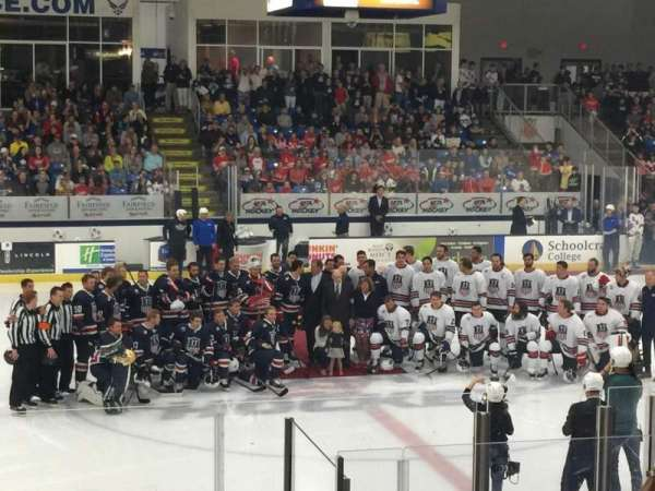 USA Hockey Arena, Abschnitt: 113, Reihe: M, Platz: 11