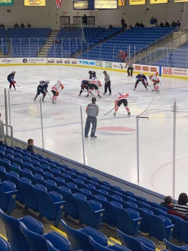 USA Hockey Arena, Bereich: 120, Reihe: N, Platz: 8
