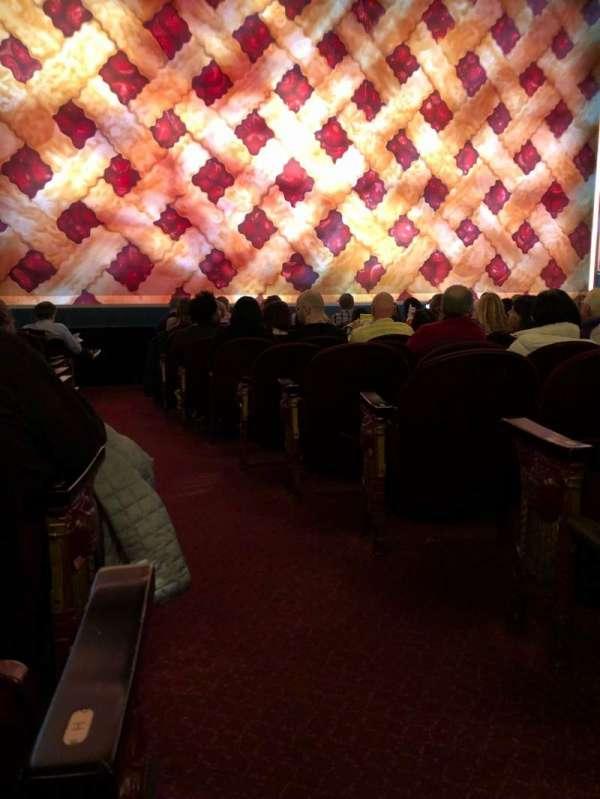 Brooks Atkinson Theatre, Abschnitt: Orchestra L, Reihe: J, Platz: 1